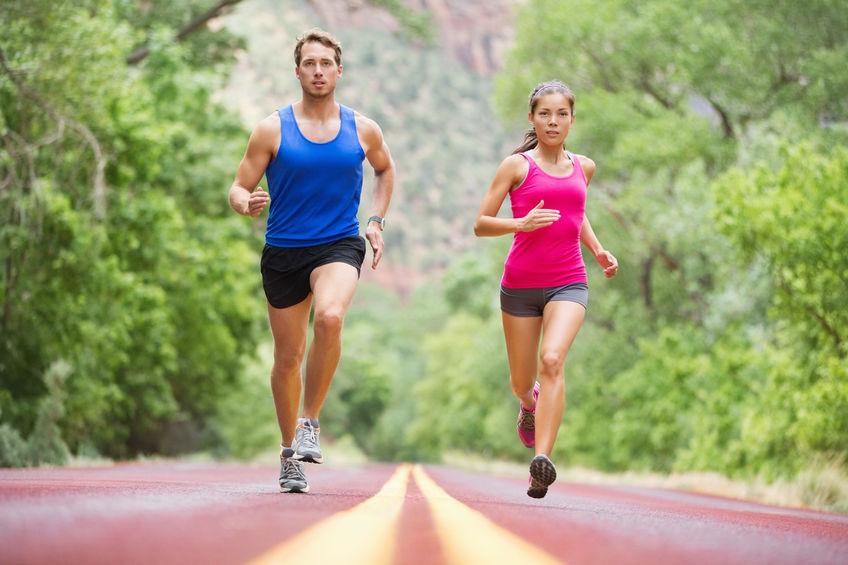 due corridori che fanno jogging su strada nell'allenamento naturalistico per la maratona.