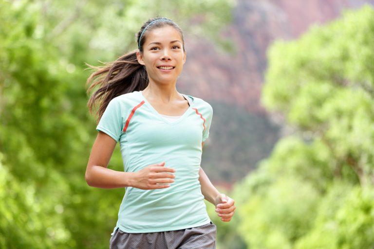 Mujer corriendo en el campo