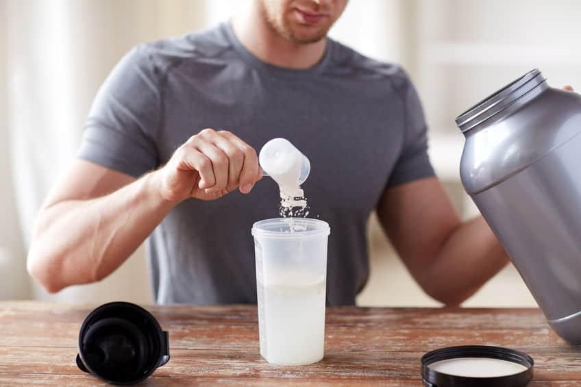 Uomo che si prepara le proteine whey