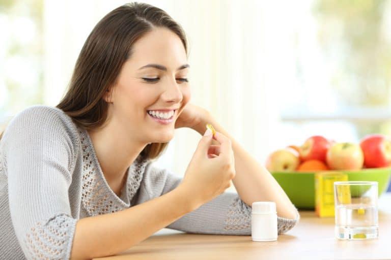 Donna che assume la vitamina B1