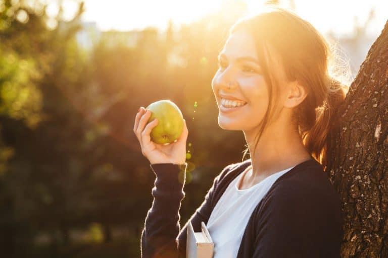 Donna con mela in mano