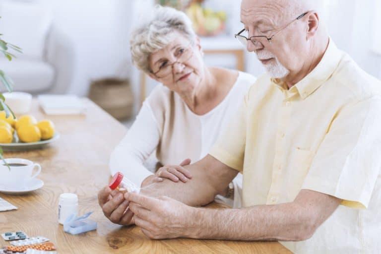 Persone anziane che guardano delle pillole
