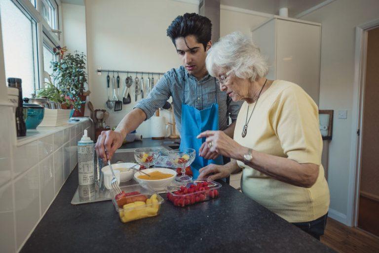 Madre e figlio che preparano cibo sano