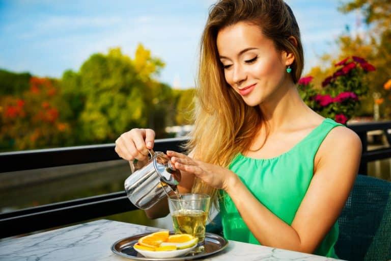 Donna che si versa il tè verde