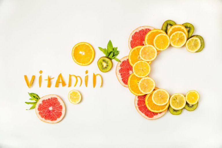 Tavolo con la parola vitamina C a fette d'arancia