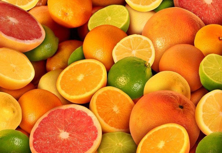 Immagine con diverse arance, alcune tagliate a metà