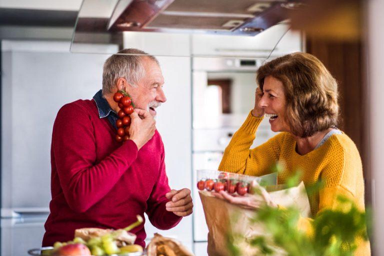Due persone anziane con pomodori