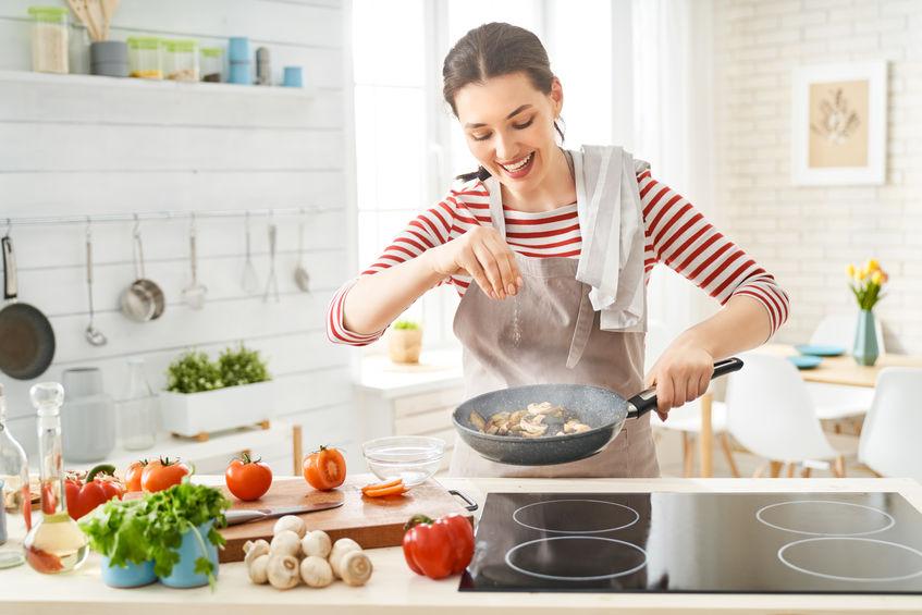 Donna che prepara il cibo