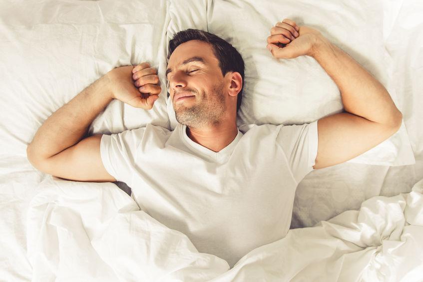 Uomo che si sveglia sorridendo