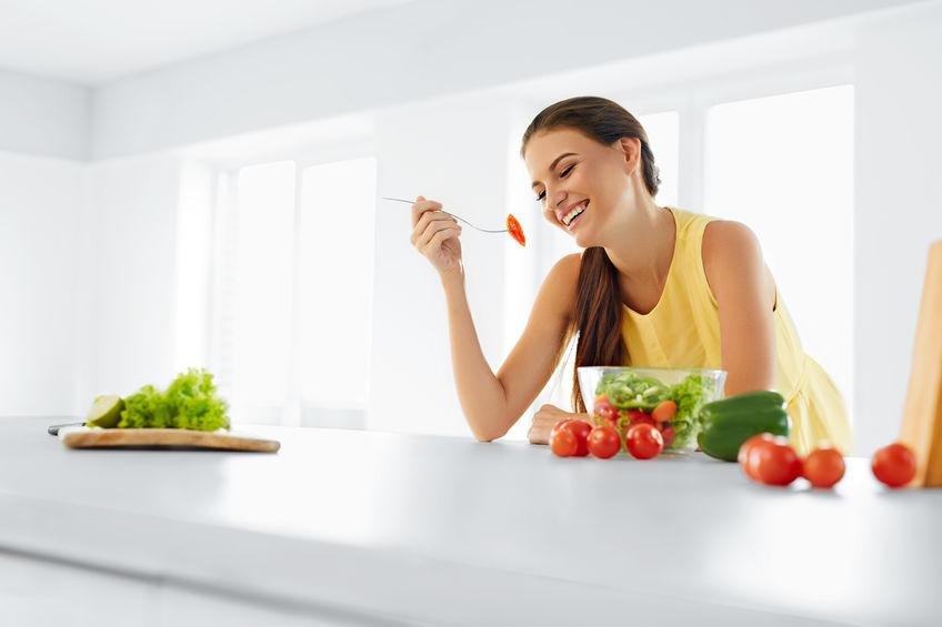 Donna che mangia sano