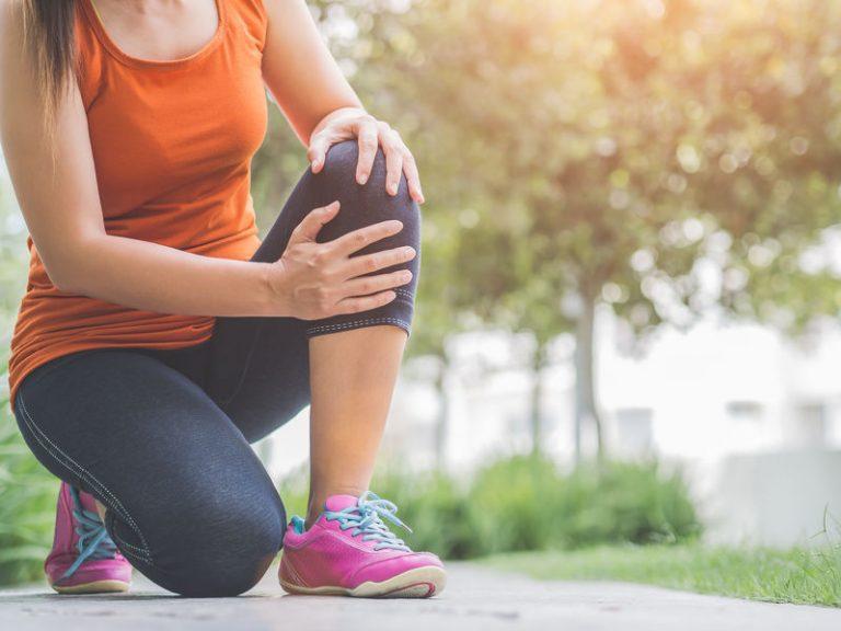 Donna con male al ginocchio