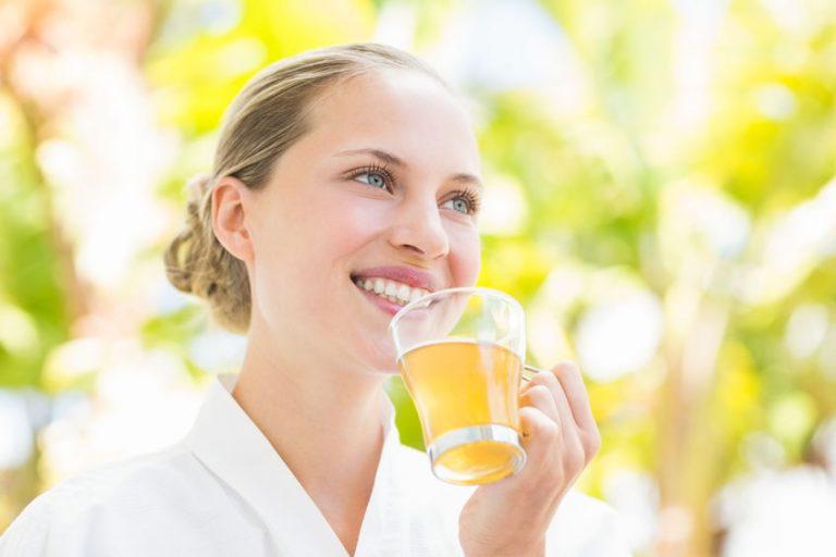 Donna che beve un'infusione