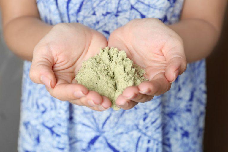Donna con polvere proteica in mano