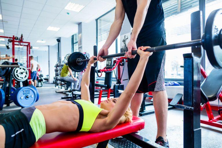 Donna che si allena in palestra