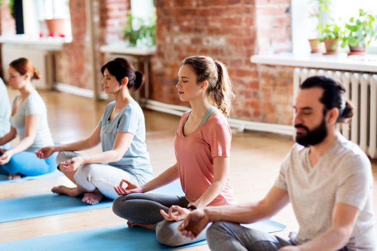 Persone che stanno meditando