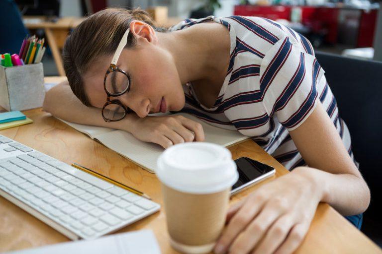 Donna addormentata davanti al PC