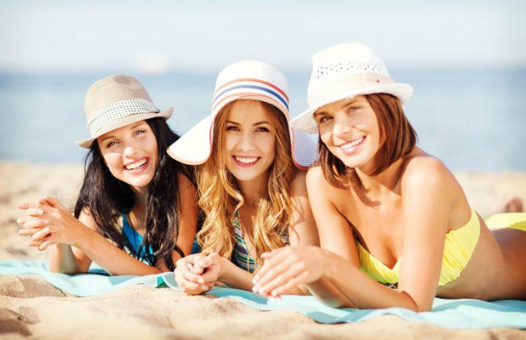 Tre donne che prendono il sole