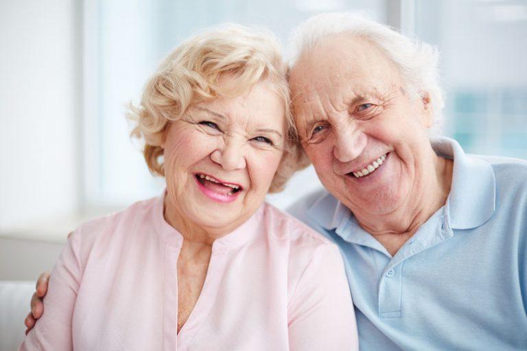 Due anziani che sorridono