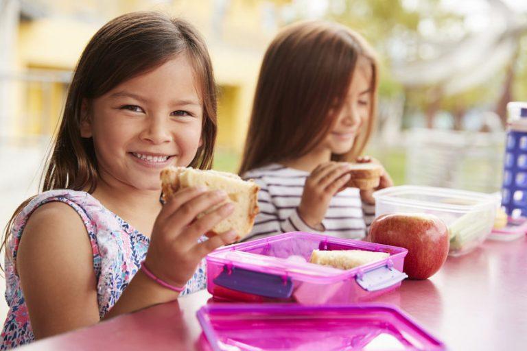 Due bambine che mangiano