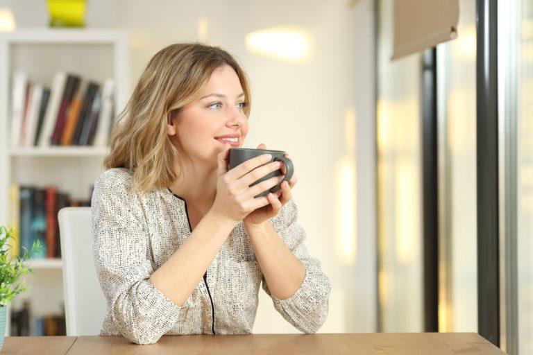 Donna che beve da una tazza