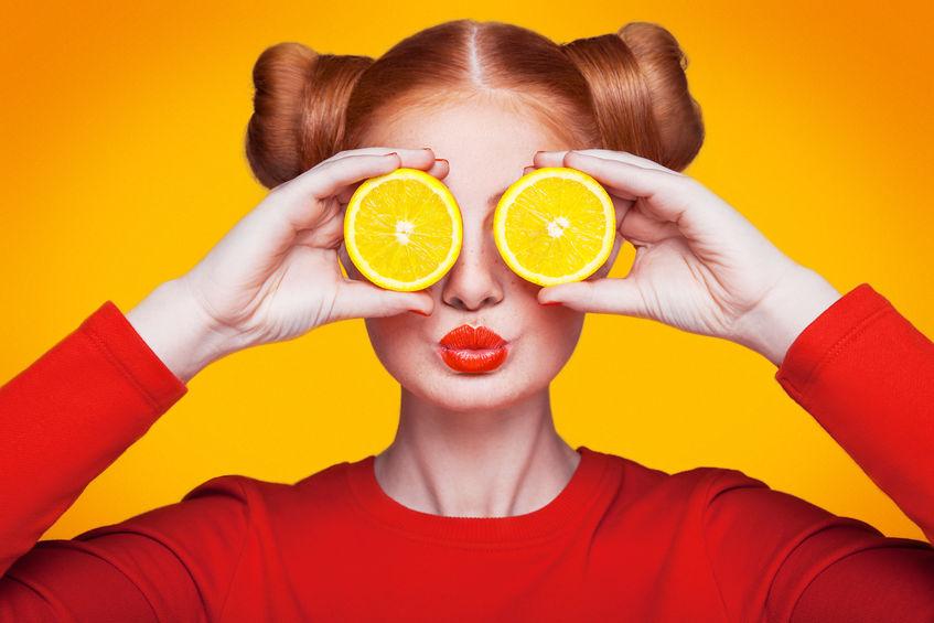 Ragazza con arance agli occhi