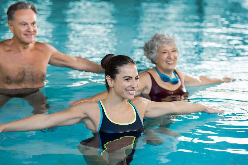 Persone che fanno ginnastica in acqua