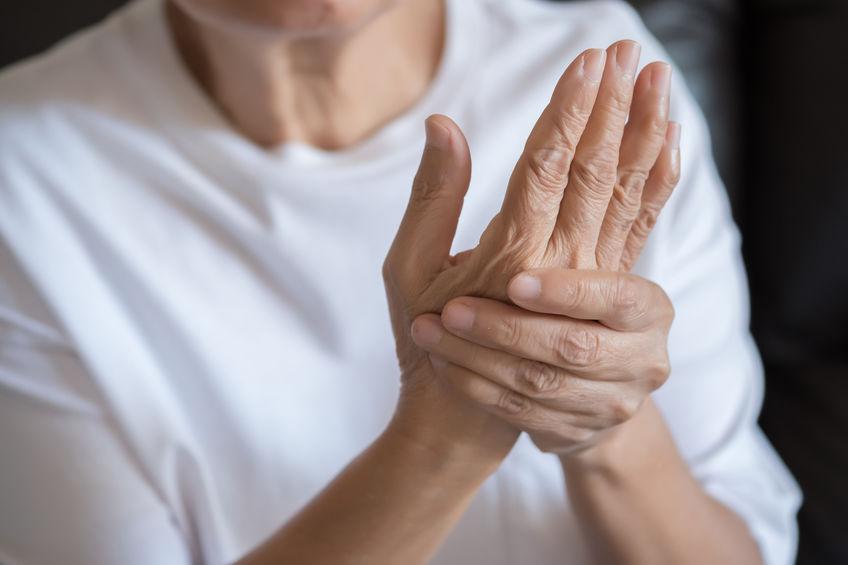 Persona con dolori alle mani