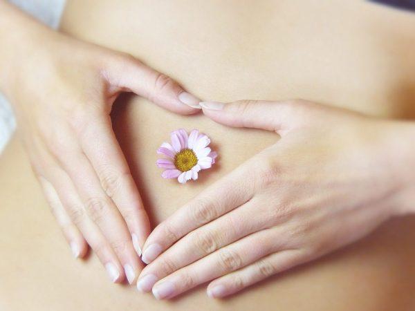 Fiore e mani sulla pancia