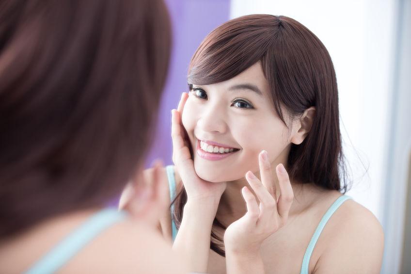 Donna che sorride allo specchio