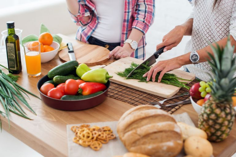 Persone che preparano il cibo