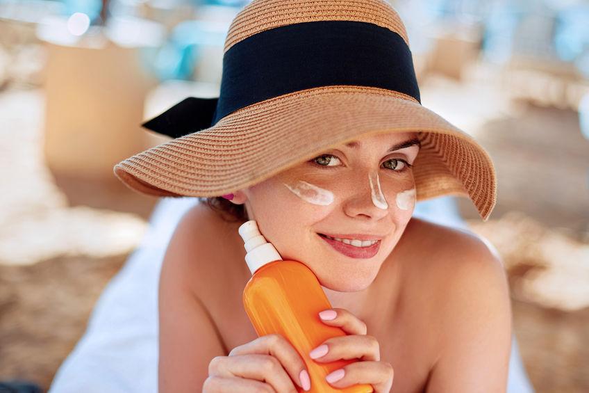 Donna con protezione solare sul viso