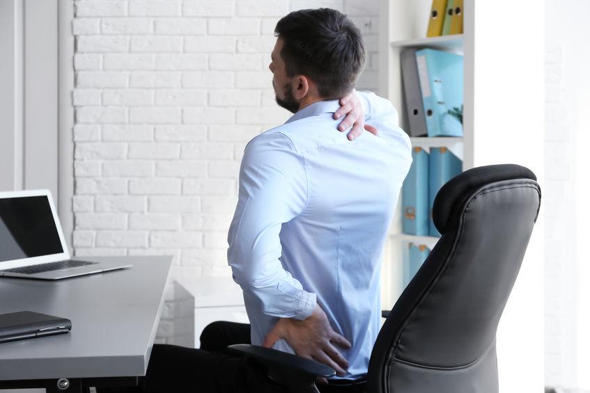 Uomo con male alla schiena