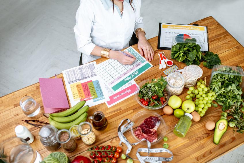 Donna che organizza i suoi pasti