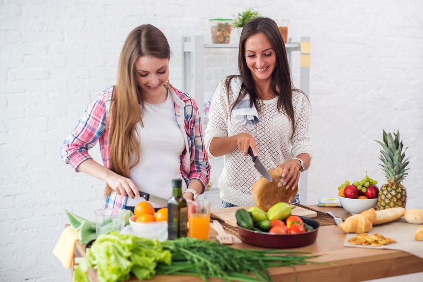 Due donne che preparano da mangiare
