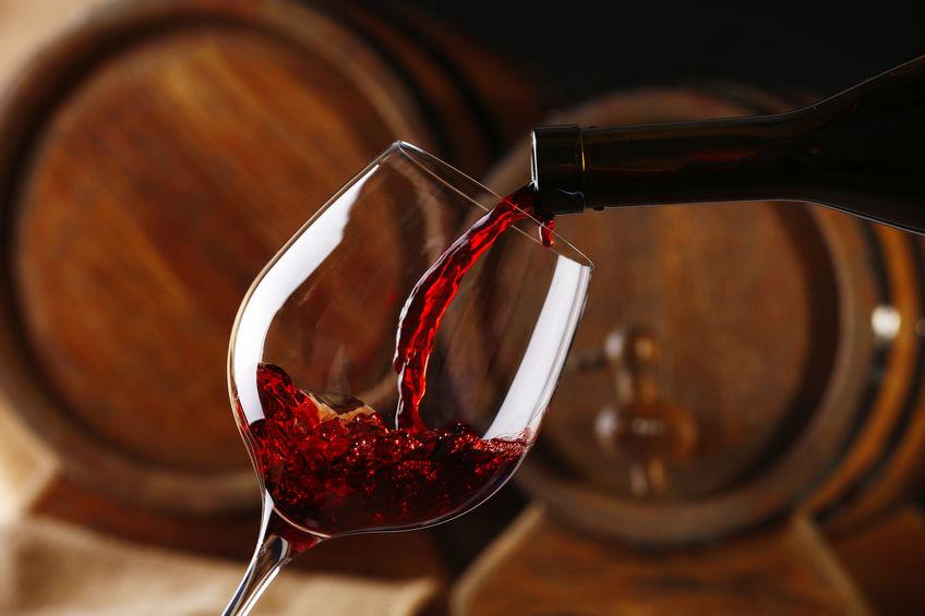Vino versato in un bicchiere