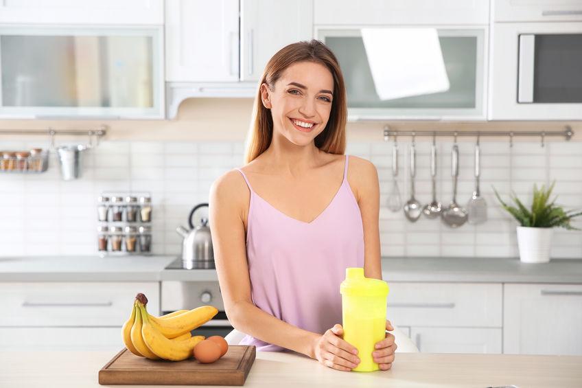 Donna sorridente in cucina