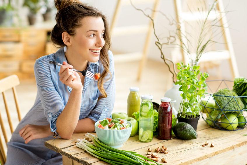 Donna che sorride davanti a del cibo sano