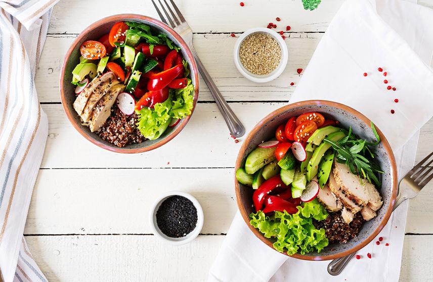 Due piatti di insalata mista