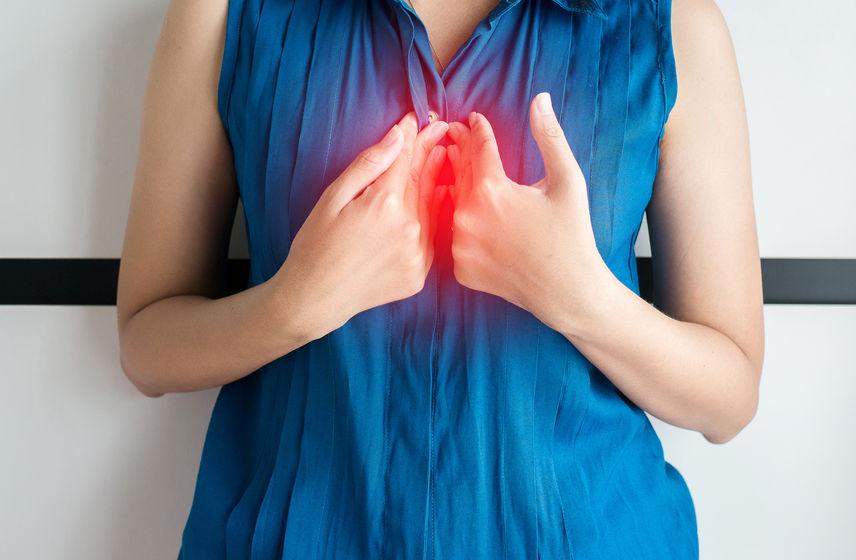 Donna che indica il suo sterno infiammato
