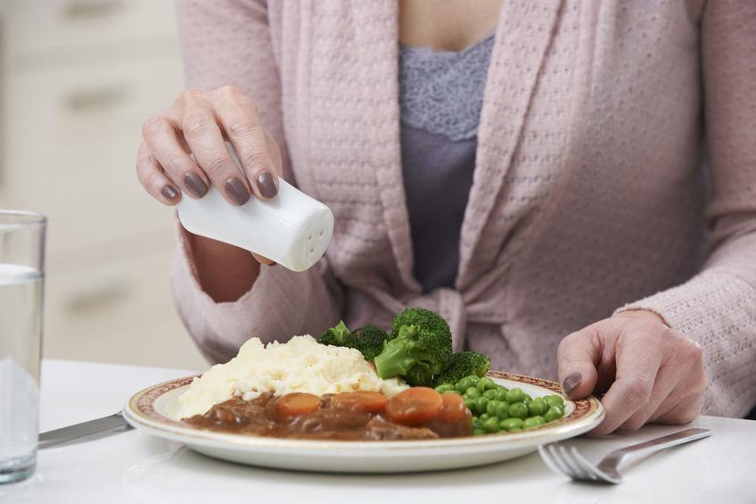 Donna che usa il sale