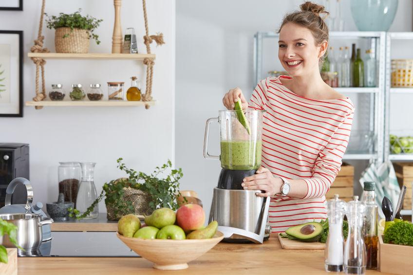 Donna che si prepara un frullato di verdure e frutta