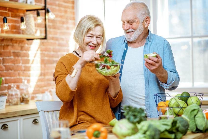 Anziani felici mangiando sano