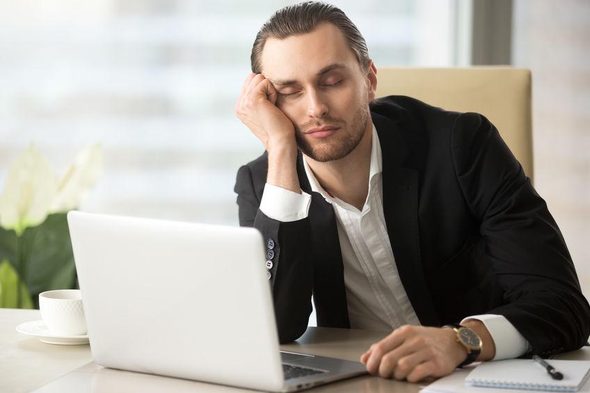 Uomo stanco davanti al PC.