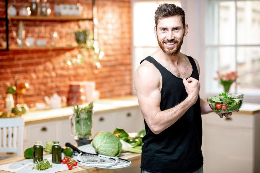 Uomo che mostra i muscoli