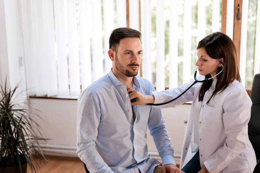 Medico donna che visita un paziente