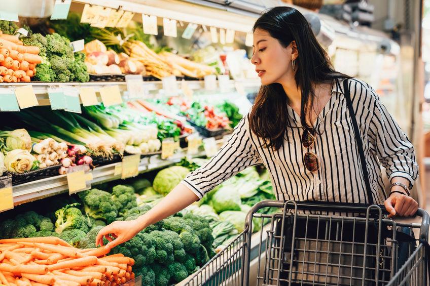 Donna che sceglie la verdura al supermercato