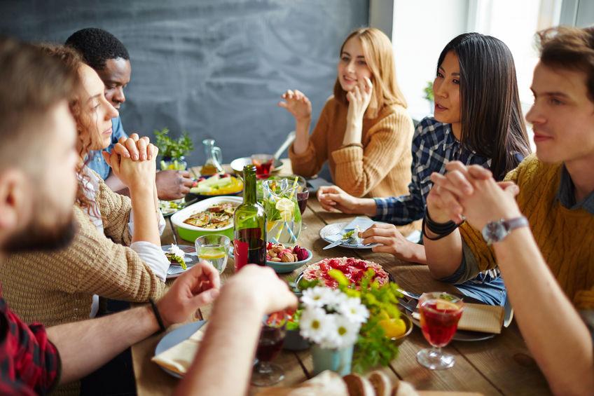 Gruppo di amici a tavola