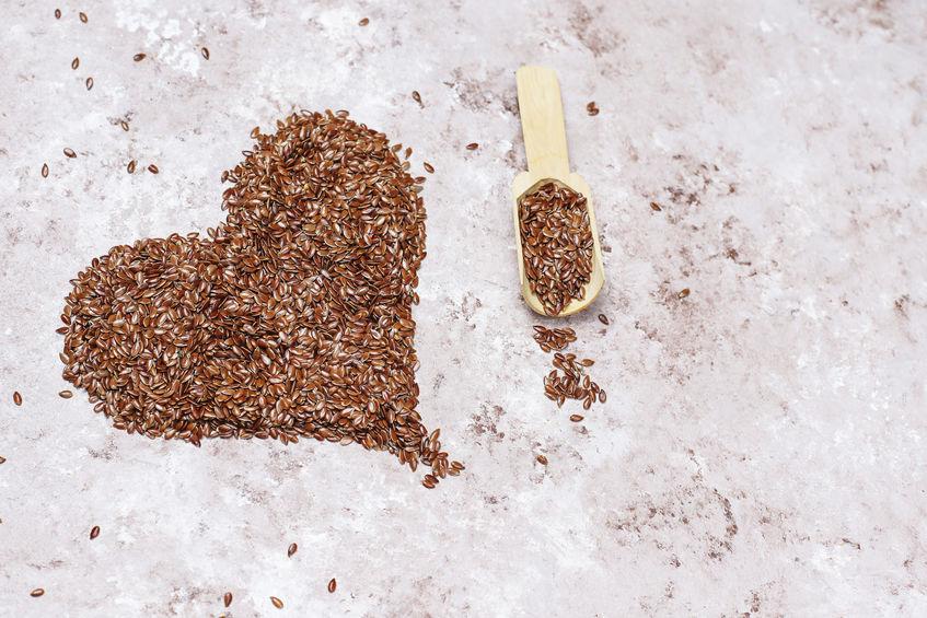 Semi di lino che formano un cuore.