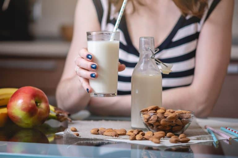 Chicas tomando un vaso de leche de almendras